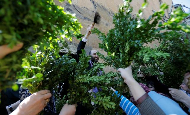 სამების საკათედრო ტაძარში შეკრებილი მრევლი ბზობის დღესასწაულს აღნიშნავს. ფოტო: EPA/ZURAB KURTSIKIDZE