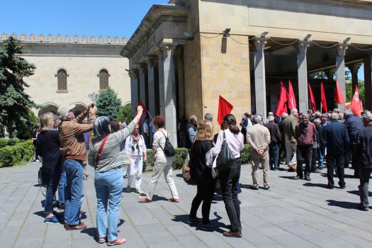 უცხოელი ტურისტები და კომუნისტური პარტიის ორგანიზებით გორში, სტალინის სახელმუზეუმში გამართული აქციის მონაწილეები. 09.01.16. © დათო ქოქოშვილი/ნეტგაზეთი
