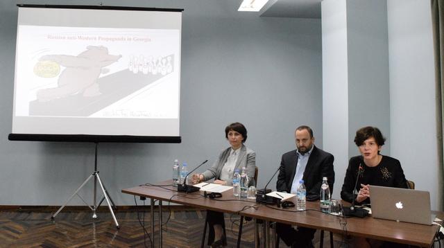"""თამარ კინწურაშვილი (MDF), სკოტ გუდსტეინი (Revolution Messaging) და თამარ ჩერგოლეიშვილი (ტაბულა) კონფერენციაზე """"რუსული პროპაგანდა საქართველოში"""". 09.05.2016"""