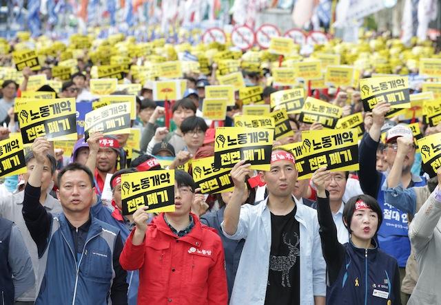 შრომითი უფლებების დასაცავად და სამუშაო პირობების გაუმჯობესების მოთხოვნით შეიკრიბნენ სამხრეთ კორეის დედაქალაქშიც. სეული. 01.05.16. ფოტო: EPA/STRINGER SOUTH KOREA OUT