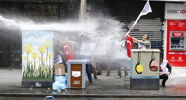შრომითი უფლებების დასაცავად, საპროტესტო გამოსვლა სტამბულში. 01.05.16. ფოტო: EPA/TOLGA BOZOGLU