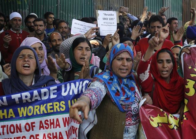 ინდოეთის პროვინცია ქაშმირის მოსახლეობა შრომითი უფლებების შესახებ გაუმჯობესებული კანონმდებლობის მოთხოვნით შეიკრიბა. 01.05.16 ფოტო: EPA/FAROOQ KHAN