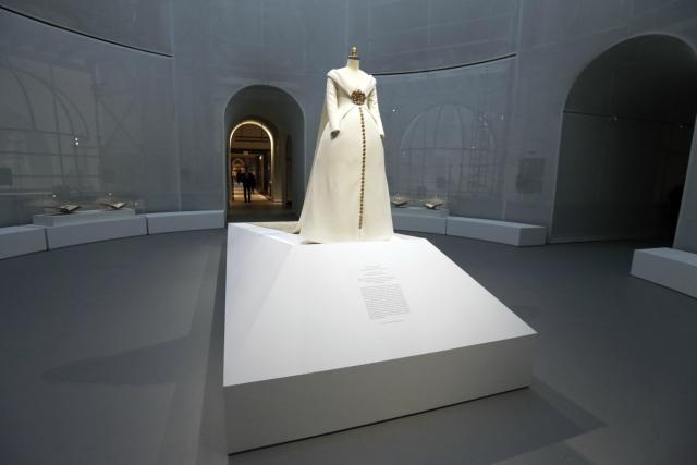 წლის მთავარი საგამოფენო ექსპონატი, კარლ ლაგერფილდის საქორწინო კაბის მოდელი. ის თანამედროვე ხელოვნების მუზეუმის საგამოფენო დარბაზში 14 აგვისტომდე დარჩებ. ფოტო: EPA/PETER FOLEY