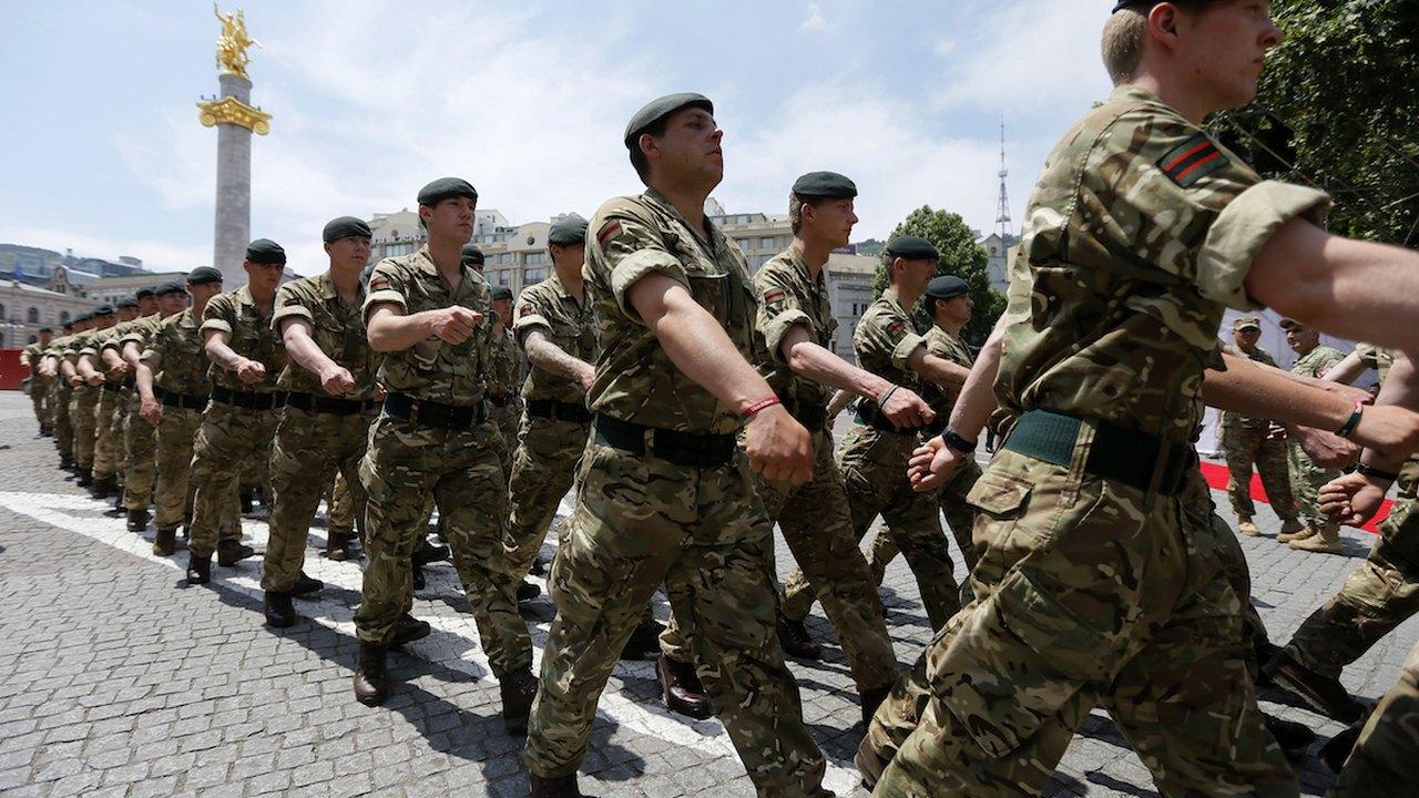 ჯარისკაცები დიდი ბრიტანეთიდან საქართველოს დამოუკიდბელობის დღის აღსანიშნავ ზეიმში © EPA/ZURAB KURTSIKIDZE