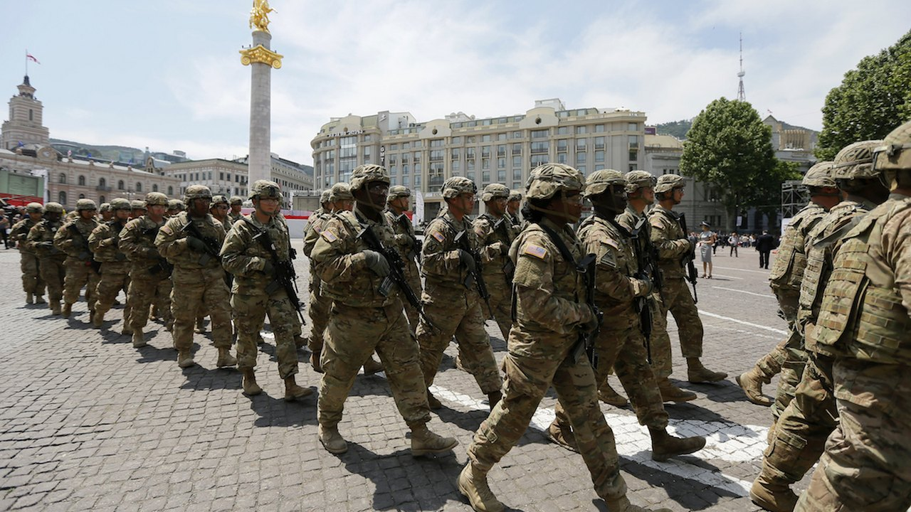 ამერიკელი ჯარისკაცები თბილისში საქართველოს დამოუკიდებლობის დღის აღსანიშნავ ზეიმში © EPA/ZURAB KURTSIKIDZE