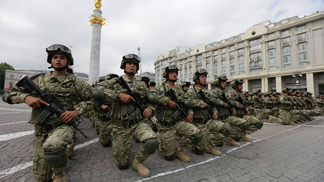 საქართველოს ჯარისკაცები დამოუკიდბელობის დღის ზეიმზე თბილისში, თავისუფლების მოედანზე. 26 მაისი, 2016 © EPA/ZURAB KURTSIKIDZE