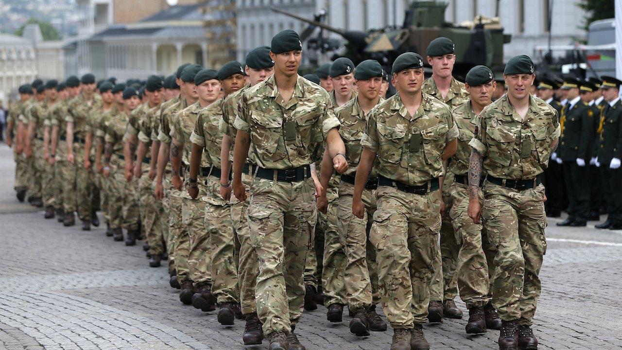 დიდი ბრიტანელი ჯარისკაცები თბილისში. მონაწილებენ სამხედრო ღონისძიებაში საქართველოს დამოუკიდბელობის დღის აღსანიშნავად. 26 მაისი, 2016. თავისუფლების მოედანი, თბილისი © EPA/ZURAB KURTSIKIDZE
