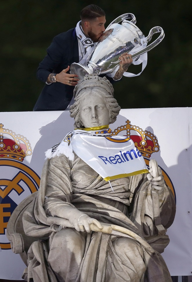 მადრიდის რეალის კაპიტანი, სერხიო რამოსი ჩემპიონთა ლიგის თასთან ერთად. ფოტო: EPA/JAVIER LIZON