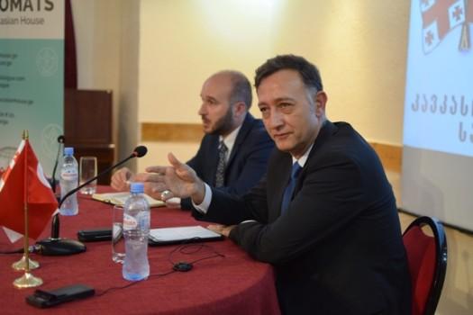 """""""კავკასიური სახლის"""" აღმასრულებელი დირექტორი, გიორგი კანაშვილი, და თურქეთის რესპუბლიკის საგანგებო და სრულუფლებიანი ელჩი საქართველოში, ზექი ლევენთ გუმრუქჩუ """"კავკასიურ სახლში"""". 21.06.2016. ფოტო © ნეტგაზეთი/ლუკა პერტაია"""