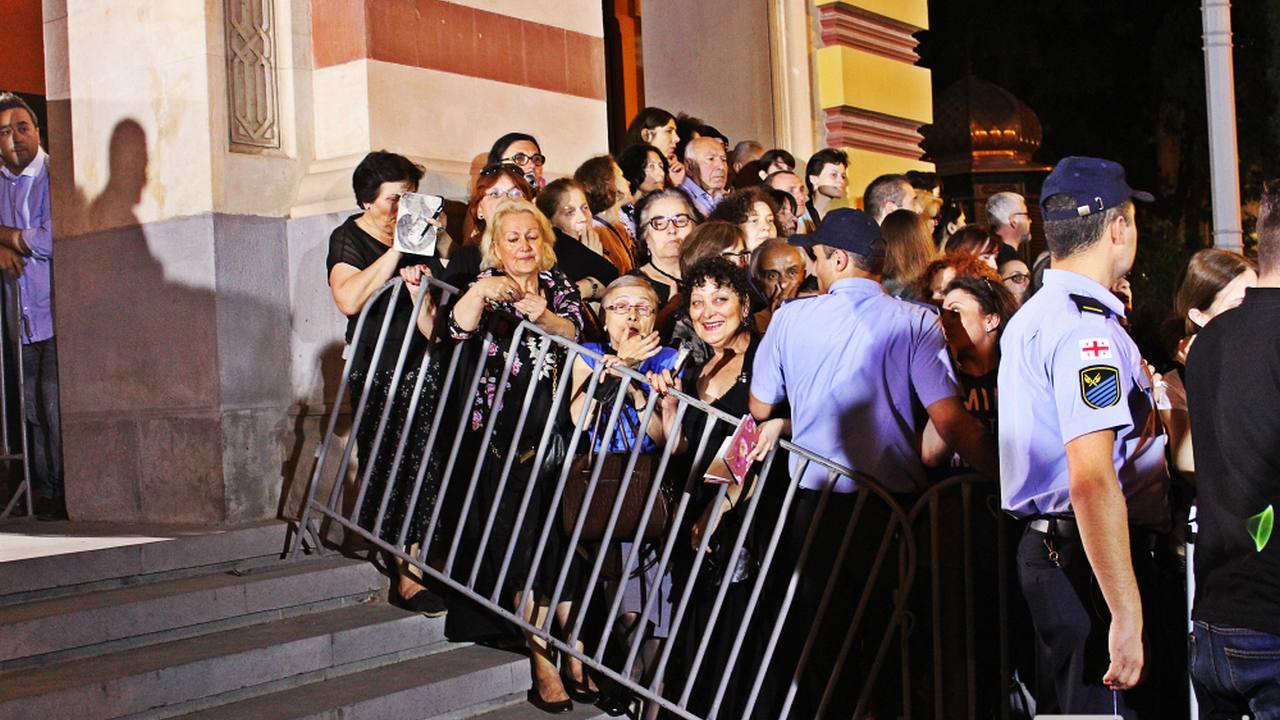 ოპერისა და ბალეტის თეატრთან იტალიელი მსახიობის, სოფი ლორენის გამოჩენას მისი გულშემტკივრები ელიან. 15.06.16 ფოტო: ნეტგაზეთი/გუკი გიუნაშვილი