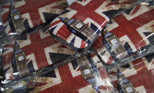 epa05383413 British themed drinks souvenirs are seen in a souvenir shop in central London, Britain, 22 June 2016.  Britons will vote on whether to remain in or leave the EU in a referendum on 23 June 2016.  EPA/HANNAH MCKAY