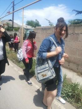 სკოლის მოსწავლეები სადახლოში, ფოტო: გულნურ ქაზიმოვა