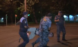 ხორენაცის ქუჩაზე პოლიცია  აქტივისტს აკავებს ფოტო :არმინე ავეტესიანი