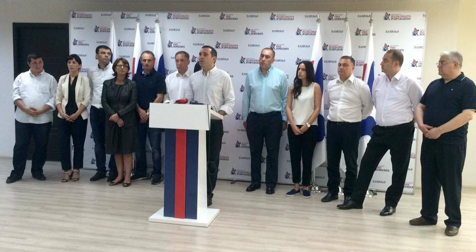 """""""თავისუფალი დემოკრატების"""" ლიდერმა, ირაკლი ალასანიამ პარტიის სხვა ლიდერებთან ერთად ბრიფინგი გამართა. ფოტო: ნეტგაზეთი/გიორგი დიასამიძე"""