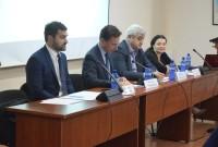 მიკოლაჟ ბეკასიაკი (მარცხნივ) და ხათუნა მშვიდობაძე (მარჯვნივ) საქართველოს სტრატეგიისა და საერთაშორისო ურთიერთობების კვლევის ფონდში (GFSIS) გამართულ პანელური დისკუსიის მიმდინარეობისას რუსეთის საინფორმაციო და კიბერომის საფრთხეების შესახებ. 21.7.2016. ფოტო: ნეტგაზეთი/ლუკა პერტაია