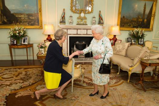 ტერეზა მეი ბუკინგამის სასახლეში მიიღო დედოფალმა ელიზაბეტმა, რათა ოფიციალურად გამხდარიყო დიდი ბრიტანეთის პრემიერ–მინისტრი. 13.07.2016. ფოტო:EPA
