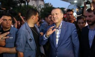 მხარდამჭერებს თავად თურქეთის პრეზიდენტმა რეჯიპ ტაიპ ერდოღანმა მიმართა. ფოტო: EPA/STR TURKEY OUT