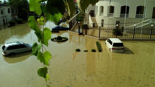 ძლიერი წვიმა სოხუმში და დატბორილი ქუჩები; ფოტო: ვიქტორ როგანოვის ფეისბუკის გვერდიდან