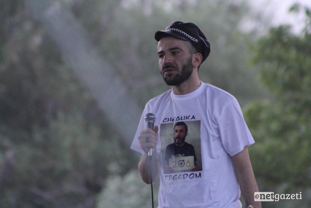 მუსიკოსი ერეკლე დეისაძე მეგობრის, გუკა რჩეულიშვილისათვის სოლიდარობის ნიშნად, სცენაზე მისი მაისურით გამოჩნდა. 31.07.16 ფოტო: ნეტგაზეთი/გუკი გიუნაშვილი