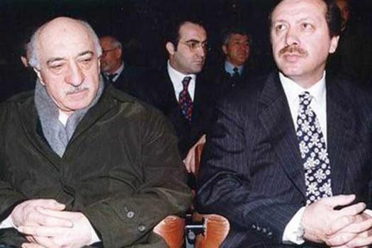 ფეტულა გიულენი (მარცხნივ) და რეჯეპ ტაიპ ერდოღანი (მარჯვნივ) კულტურათაშორისი დიალოგის სიმპოზიუმზე 1998 წელს. ფოტო: fgulen.com