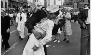 """""""კოცნა"""" - ალფრედ ალფრედ აიზენსტედის ფოტო. ტაიმს სქვერი, ნიო-იორკი, 1945 წლის 14 აგვისტო. ფოტო: LIFE"""