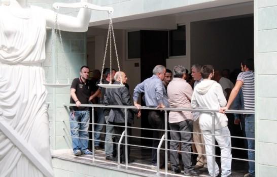 """სააპელაციო სასამართლოში """"კაბელების საქმეზე"""" მსჯავრდებულების ახლობლები პროცესის დაწყებას ელია. ფოტო: ნეტგაზეთი/ქეთი მაჭავარიანი"""