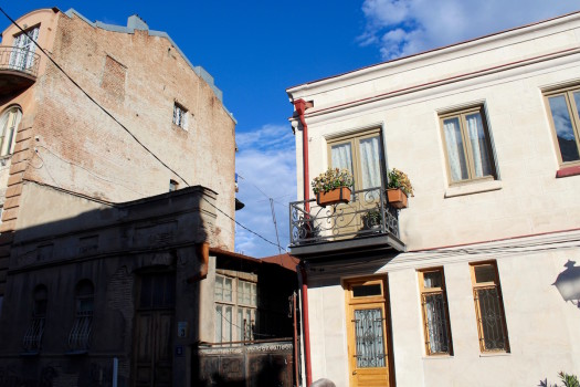კონტრასტი რეაბილიტირებულ და ძველ შენობებს შორის მაზნიაშვილზე. ამ ქუჩას რეაბილიტაცია არ ჩატარებია