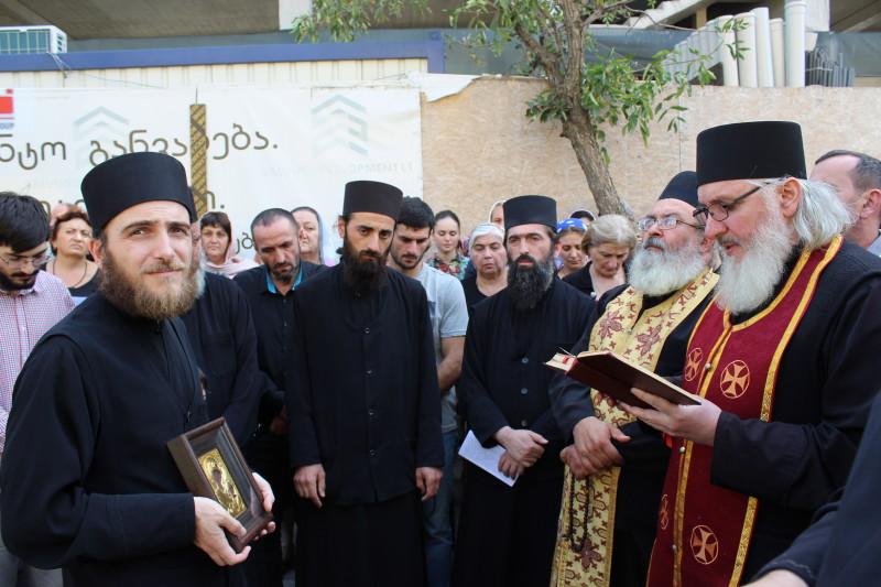 """მორწმუნეების ჯგუფმა რომის პაპის ვიზიტის წინააღმდეგ """"ლოცვითი დგომის აქცია"""" გამართა [ფოტო/ვიდეო]"""