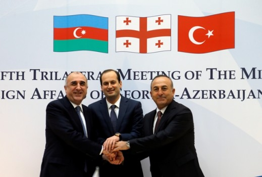 აზერბაიჯანის, საქართველოსა და თურქეთის საგარეო საქმეთა მინისტრები, ელმარ მამადიაროვი, მიხეილ ჯანელიძე და მევლუტ ჩევისუღლუ სამი ქვეყნის საგარეო საქმეთა მინისტრებს შორის რიგით მეხუთე შეხვედრისას. 19.02.2016. ფოტო © EPA/ზურაბ ქურციკიძე
