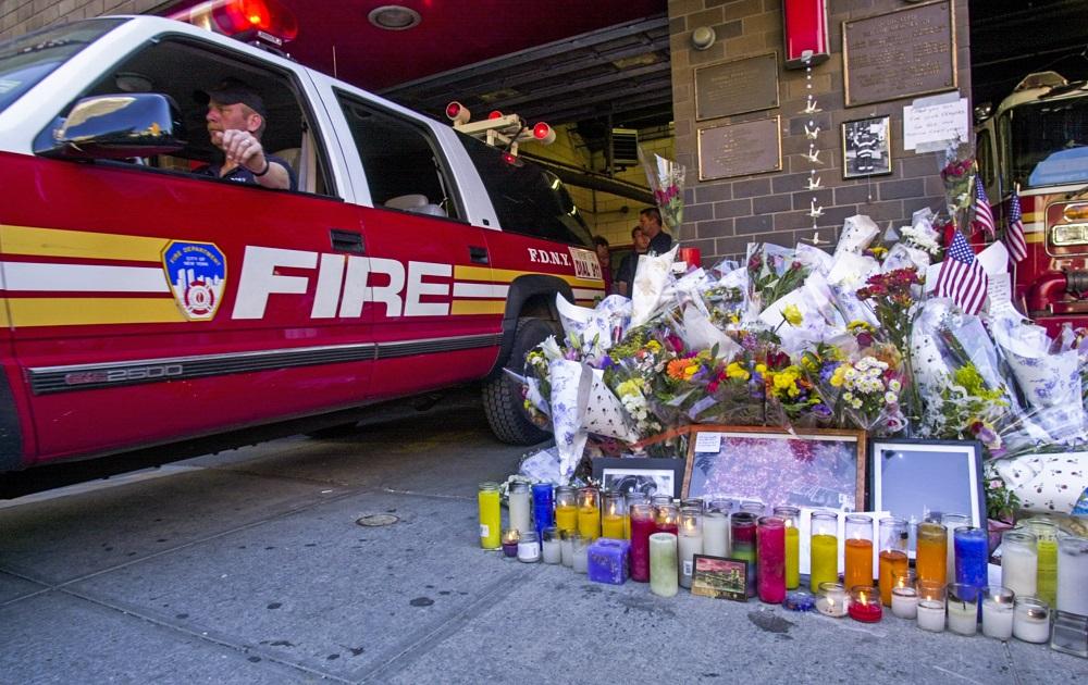 ნიუ იორკის სახანძრო დეპარტამენტთან მოქალაქეებმა დაღუპულებისათვის პატივის მისაგებად ყვავილები და სანთლები მიიტანეს. 12 სექტემბერი, 2001 წელი. ფოტო: EPA/TANNEN MAURY