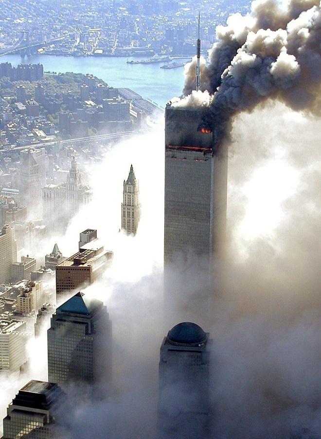"""თვითმფრინავის შეჯახების შემდეგ აალებული ცათამბჯენი. 11 სექტემბერს ტერორისტემა """"ტყუპების"""" სახელით ცნობილი 2 სავაჭრო ცენტრი ააფეთქეს. 11 სეტემბერი, 2001 წელი. ფოტო: EPA/NEW YORK CITY POLICE"""