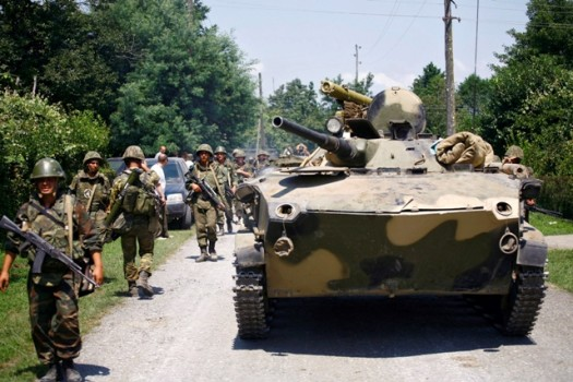 რუსული ტანკები და ჯარისკაცები ზუგდიდში ფოთისკენ მიმავალ გზაზე 2008 წლის აგვისტოს ომის დროს. © EPA