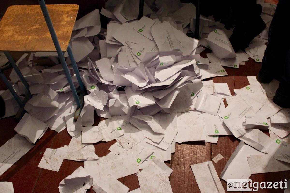 გახსნილი კონვერტები ყრია ძირს. მარეული #48-ე უბანი © დათო ქოქოშვილი/ნეტგაზეთი