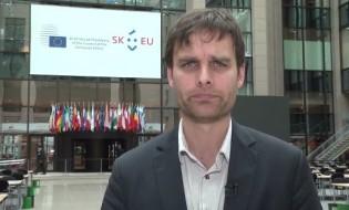 რიკარდ იოზვიაკი RFERL-ის ჟურნალისტი ბიუსელში. სქრინი ვიდეოდან