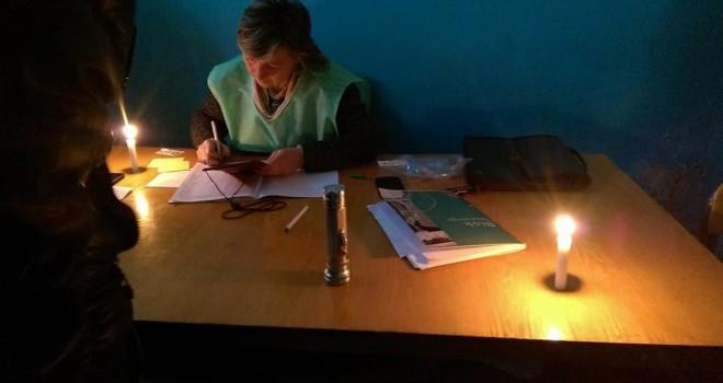 ჯიხაშკარზე საარჩევნო უბანზე პირველი ამომრჩეველი სანთლის შუქზე მიიღეს 22.10.2016. ფოტო: ლუკა პერტაია/ნეტგაზეთი