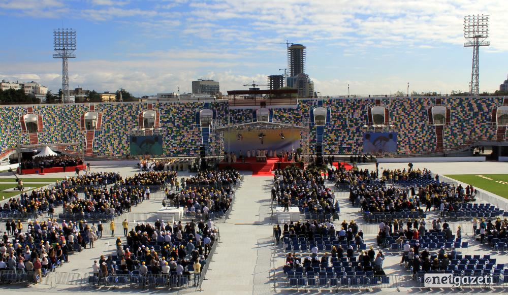 რომის პაპმა ფრანცისკემ მ.მესხის სახელობის სტადიონზე წირვა აღავლინა. 01.10.16 ფოტო: ნეტგაზეთი/გუკი გიუნაშვილი