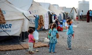"""ერაყის ქალაქ ერბილში, დებაგის ლტოლვილთა ბანაკში, მოსულიდან გამოქცეული ლტოლვილები აფარებენ თავს. ბანაკში მყოფთა რაოდენობა აჭარბებს წინასწარ გათვლილ რიცხვს - აქ გაცილებით მეტი ადამიანი ცხოვრობს, ვიდრე ეს შესაძლებელია. როგორც საერთაშორისო მედია იუწყება, 500 000-ზე მეტ ბავშვსა და მათ ოჯახებს საფრთხე ემუქრება მომავალ დღეებსა და კვირებში ერაყის არმიისა და ე.წ """"ისლამური სახელმწიფოს"""" დაპირისპირების პარალელურად. 18.10.2016. ფოტო: EPA/JENS KALAENE"""
