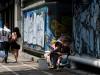 უსახლკარო მამაკაცი ქუჩაში გაზეთს კითხულობს. ფოტო გადაღებულია საბერძნეთში EPA/SIMELA PANTZARTZI