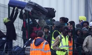 მიგრანტები ტოვებენ კალეს ბანაკს და მანქანებში გადააქვთ თავიანთი ბარკი. 23.10.16 ფოტო: EPA/ETIENNE LAURENT