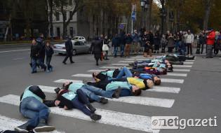 """მსვლელობის დასასრულს აქციის მონაწილეებმა """"ფლეშმობი"""" გამართეს. 20.11.16 ფოტო: ნეტგაზეთი/მარიამ ბოგვერაძე"""