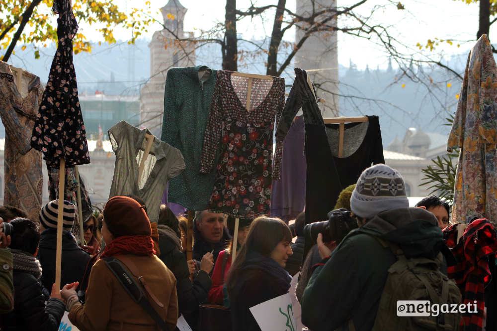 მსვლელობა ქალთა მიმართ ძალადობის წინააღმდეგ თბილისში. აქციის მონაწილეებმა დროშების ნაცვლად კაბები აღმართეს 25.11.2016/ ფოტო: გუკი გიუნაშვილი