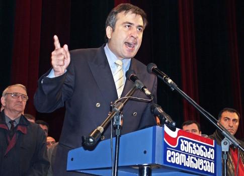 5 ნოემბერი. მიხეილ სააკაშვილი საუბრობს ოპოზიციის შეკრებაზე და ხელისუფლებას არჩევნების გაყალბებაში ადანაშაულებს © EPA