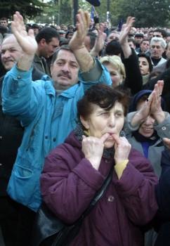 კონტრაქცია თბილისში. საქართველოს დედაქალაქში მოქალაქეები პრეზიდენტ შევარდნაძის მხარდასაჭერადაც შეიკრიბნენ. 2003 წლის 18 ნოემბერი © EPA/SERGEI ILNITSKY