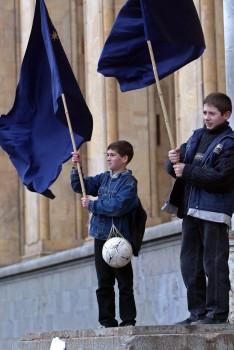 ბიჭები ედუარდ შევარდნაძის მხარდასაჭერ აქციაზე. 2003 წლის 19 ნოემბერიnear © EPA/SERGEI ILNITSKY