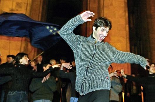 პრეზიდენტ შევარდნაძის მხარდასაჭერად გამართულ კონტრაქციაზე ცეკვავენ 2003 წლის 20 ნოემბერს მას შემდეგ, რაც ცესკომ განაცხადა, რომ არჩევნები ისევ მმართველმა გუნდმა მოიგო © EPA/SERGEI ILNITSKY