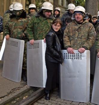 21 ნოემბერი. ქალი კვეთს საქართველოს შინაგანი ჯარების კორდონს © EPA/SERGEI ILNITSKY