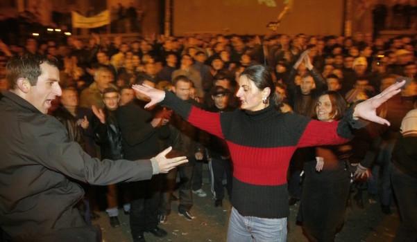 ოპოზიციის აქციების მონაწილეები ცეკვავენ თბილისში. აქციები ღამის განმავლობაშიც გრძელდებოდა EPA/SERGEI ILNITSKY
