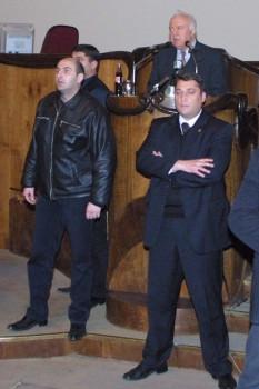 2003 წლის 22 ნოემბერი. პრეზიდენტი შევარდნაძე პარლამენტში. მას ბოდიგარდები იცავენ. ამ დროს იწყება ოპოზიციის შტორმი პარლამენტში © EPA/SAKINFORM