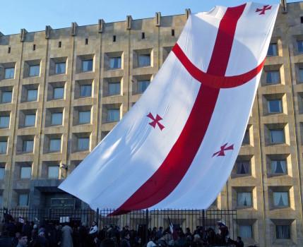 დემონსტრანტები ზეიმობენ შევარდნაძის პრეზიდენტის თანამდებობიდან გადადგომას 2003 წლის 23 ნოემბერს © EPA/SERGEI ILNITSKY