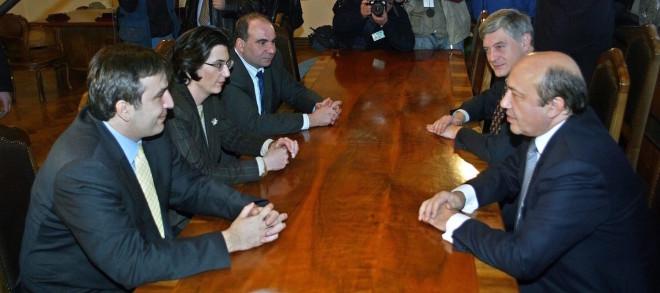 რუსეთის საგარეო საქმეთა მინისტრი ივანოვი ხვდება ვარდების რევოლუციის 3 ლიდერს. მოგვაინებით იგი ედუარდ შევარდნაძესაც შეხვდა. 2003 წლის 23 ნოემბერი. შეხვედრის შემდეგ შევარდნაძემ გადადგომის შესახებ განაცხადა © EPA/SERGEI ILNITSKY